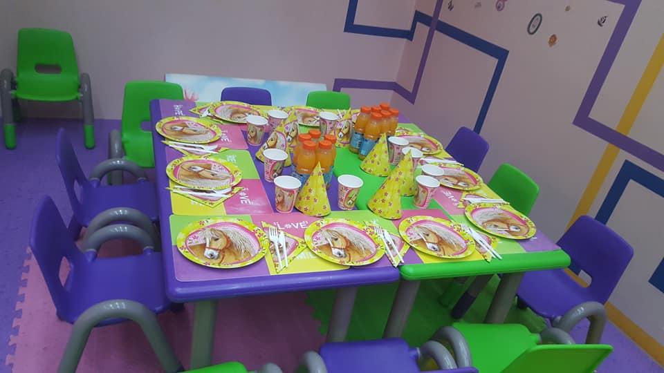 GokidsGolocatie petreceri pentru copii masa